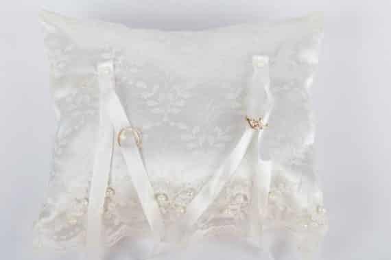 13A2-570x379 כרית קלאסית לטבעות נישואין - בד סאטן ותחרה עדינה