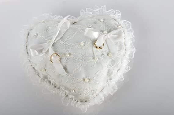 39-570x379 כרית וינטאג' לטבעות נישואין - לב מתחרה לבנה