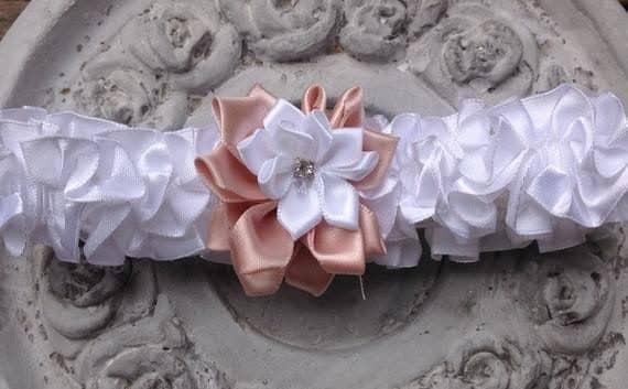 64-570x353 בירית סאטן לבנה בשילוב פרח בד