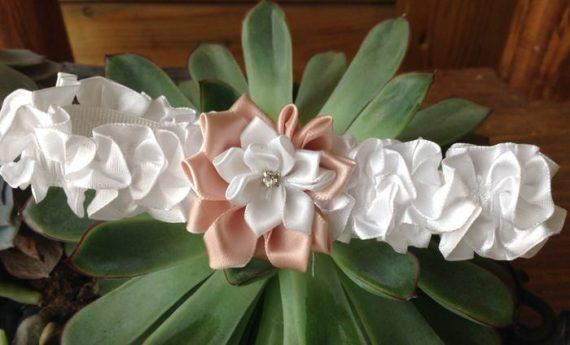 6A1-570x345 בירית סאטן לבנה בשילוב פרח בד