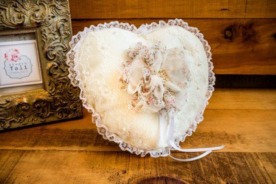 DSC3903-570x381 כרית וינטאג' לטבעות נישואין - לב עם פרח
