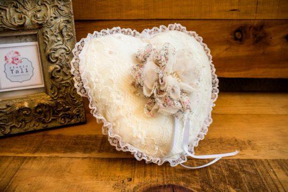 DSC3904-570x381 כרית וינטאג' לטבעות נישואין - לב עם פרח