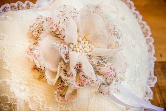 DSC3990-570x381 כרית וינטאג' לטבעות נישואין - לב עם פרח